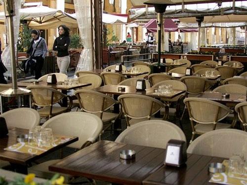 Ακόμα και κλείσιμο σε εστιατόρια και καφετέριες και μόνο delivery λόγω κορονοϊού εξετάζει η κυβέρνηση