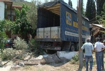 """Νεκρός ο οδηγός της νταλίκας που """"εισέβαλλε"""" σε σπίτι στο Περιθώρι"""