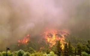 Μαίνεται η πυρκαγιά στη Μαλεσιάδα