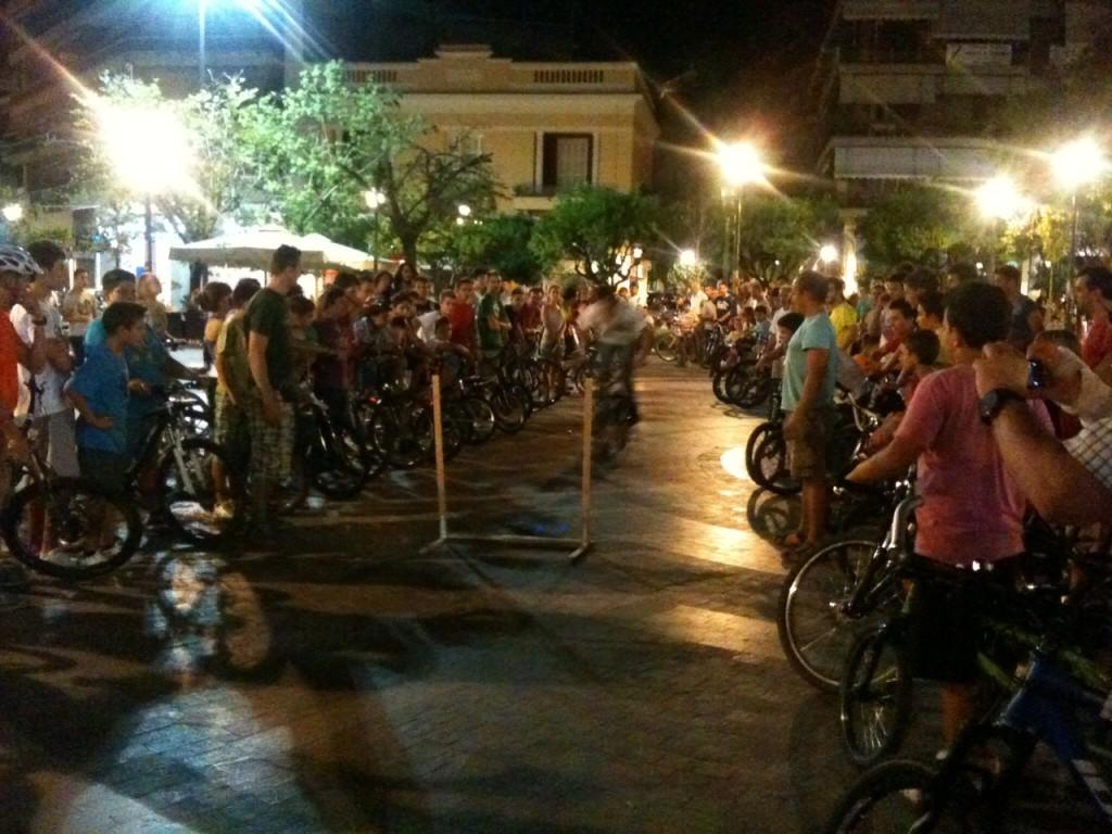 Εκατοντάδες ποδηλάτες στην Πλατεία Δημοκρατίας (φωτο)