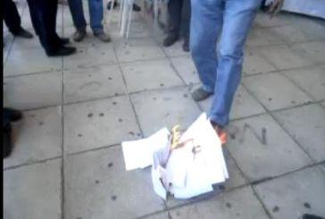 """Βίντεο: Έκαψαν και επέστρεψαν στη Δ.Ο.Υ. Αγρινίου τα πρώτα """"ραβασάκια"""""""