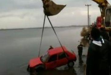 ΙΧ έπεσε στη λιμνοθάλασσα. Video από την ανέλκυση του.