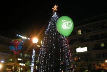 Χριστούγεννα στο Αγρίνιο, φωτίστηκε το δέντρο στην πλατεία (φωτο)