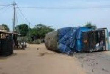 Ανατροπή φορτηγού στην παράκαμψη Αγρινίου