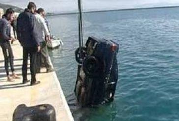 Όχημα έπεσε στη θάλασσα στην Αμφιλοχία