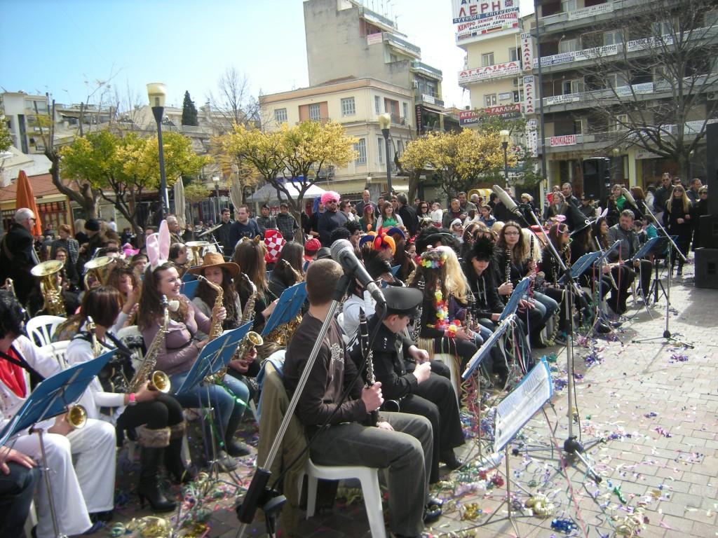 Γιορτινή ατμόσφαιρα στην κεντρική πλατεία (φωτό)