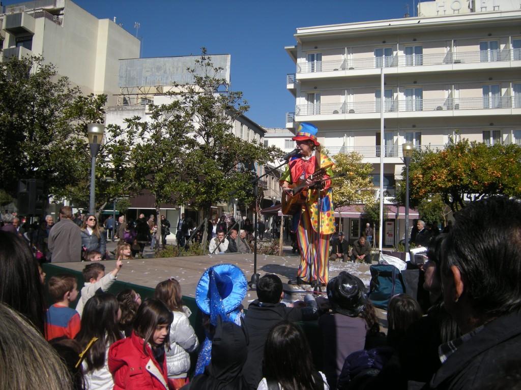 Φωτογραφίες και βίντεο από την αποκριάτικη εκδήλωση στην πλατεία