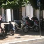 Κανονικά το πάρκινγκ σε πλατείες και πεζόδρομους