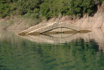 Όταν η λίμνη των Κρεμαστών αποκαλύπτει μια παλιά γέφυρα…