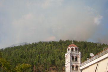 Δυσκολεύει η μάχη με τη φωτιά στην Παραβόλα (φωτό)