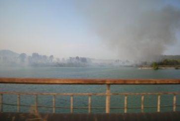 Παίρνει έκταση η φωτιά κοντά στη Γέφυρα Αχελώου