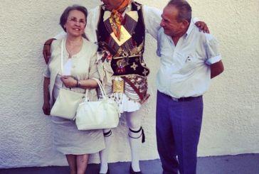 Ο Νίκος Αλιάγας ποζάρει με τους γονείς του