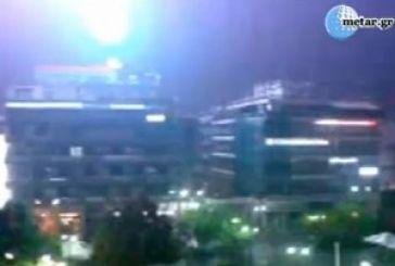 """Ντοκουμέντο:Δείτε κεραυνό να """"σκάει""""σε πολυκατοικία στη κεντρική πλατεία του Αγρινίου!"""