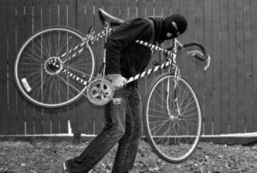 Τώρα τσαντάκιας και με ποδήλατο!
