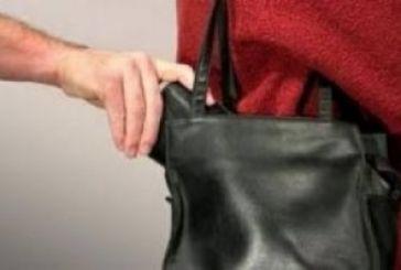 Άρπαξε τσάντα από ηλικιωμένη