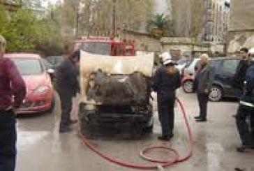 Έρευνα για φωτιά σε σταθμευμένο όχημα