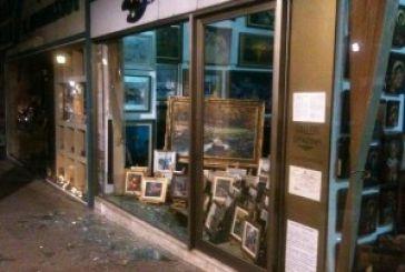 Άγνωστοι έσπασαν βιτρίνα στην Παπαστράτου