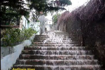 Χείμαρροι νερού στα σκαλιά που οδηγούν στο 1ο Δημοτικό Σχολείο Αμφιλοχίας