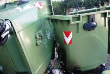 Βανδαλισμοί και…στάχτες από τζάκια καίνε τους κάδους απορριμμάτων