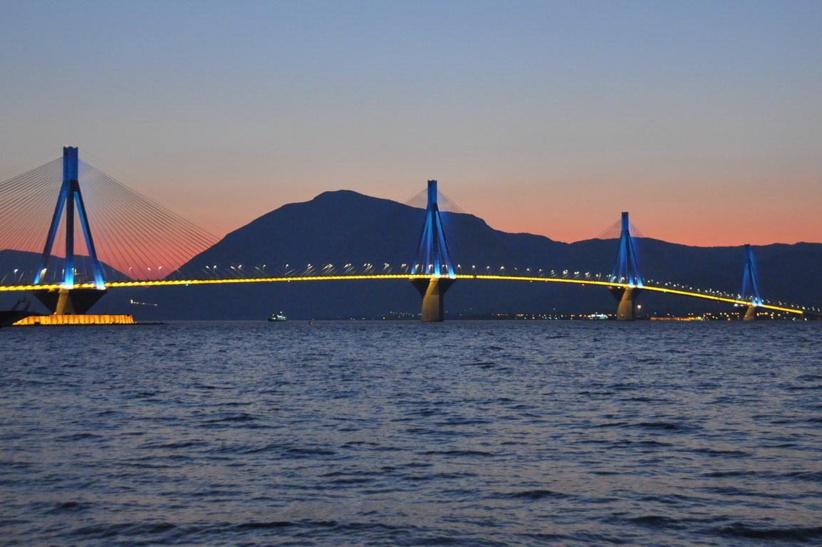 Διακοσμητικός φωτισμός στη Γέφυρα λόγω καρναβαλιού