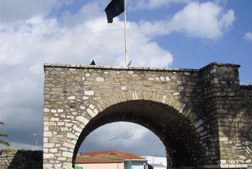 Mεσολόγγι:Μαύρες σημαίες σε όλη την πόλη!(ΦΩΤΟ)