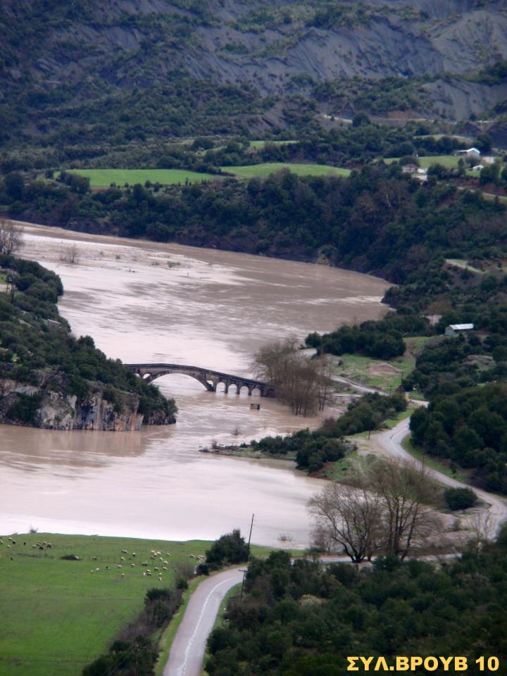 Όταν η λίμνη Κρεμαστών αγκαλιάζει το γεφύρι Τέμπλας