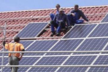 Απόλυτη παράνοια: Eνθάρρυναν τα φωτοβολταϊκά στις στέγες και τώρα σχεδιάζουν χαράτσι