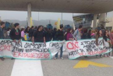 Γέφυρα: Αποχώρησαν ΜΑΤ και φοιτητές – Καταγγέλλουν πως η Αστυνομία έκλεισε το δρόμο και όχι αυτοί