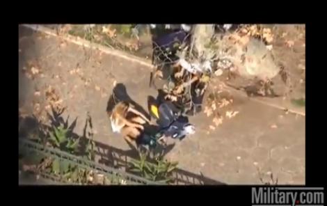 """ΒΙΝΤΕΟ: Όταν ο """"κουκουλοφόρος"""" είναι εκρηκτική ξανθιά και συλλαμβάνεται!"""