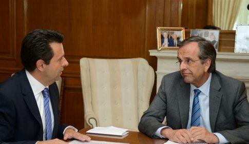 Με τον επικεφαλής της εταιρείας Philip Morris στην Ελλάδα Ν. Θεοφιλόπουλο συναντήθηκε ο πρωθυπουργός Αντώνης Σαμαράς   (Φωτογραφία:  ΑΠΕ )