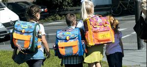 Πώς πρέπει τα παιδιά να μεταφέρουν τη σωστή σχολική τσάντα για να μην επιβαρύνεται το σώμα τους