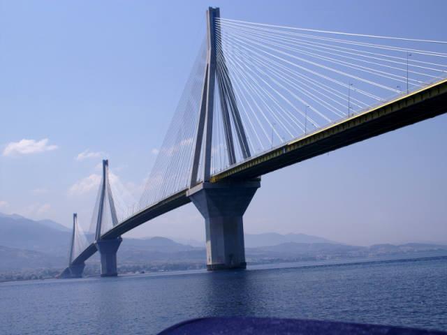 34χρονη επιχείρησε να πέσει από τη Γέφυρα Ρίου – Αντιρρίου, ευτυχώς τη σταμάτησαν αστυνομικοί