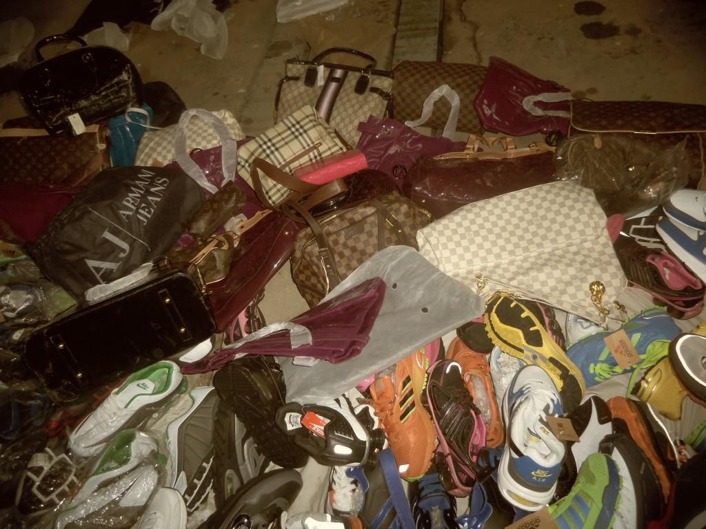 """Mαϊμού"" τσάντες και παπούτσια στο παζάρι"