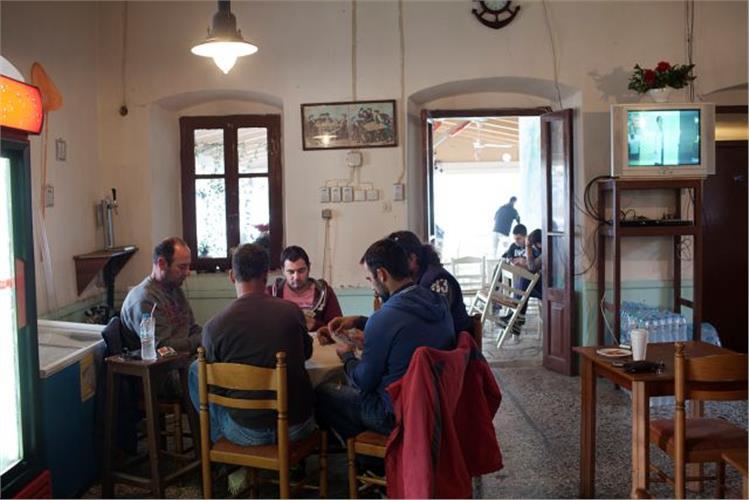 Ντόπιοι σε ένα από τα ουζερί στο λιμανάκι της Παλαίρου. Μετά την ενίσχυση των μέτρων φύλαξης σε Πάτρα και Ηγουμενίτσα, οι μεταναστευτικοί δρόμοι προς Ιταλία περνούν από τα μέρη τους