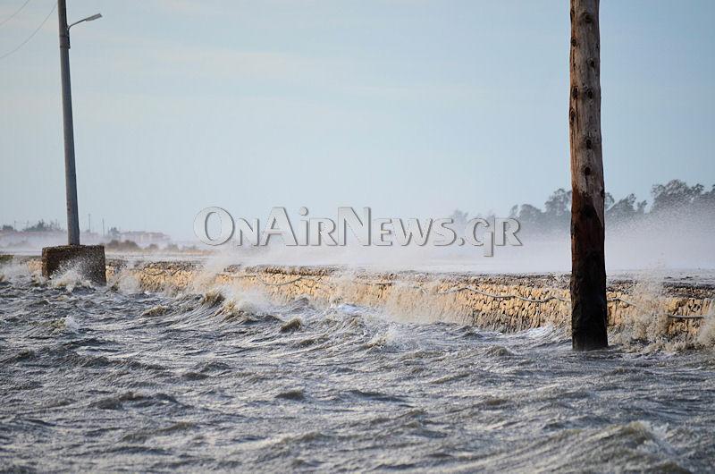 Tα κύματα κάλυψαν το δρόμο προς την Τουρλίδα (video)