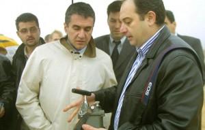 Στην παραπάω φωτογραφία διακρίνεται ο κ. Τζεβελέκος στη Βηρυττό το 2002 μαζί με τον τότε υφυπουργό Εξωτερικών Ανδρέα Λοβέρδο. Φωτογραφία από το Κουτί της Πανδώρας