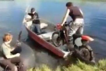 Εβαλαν μοτοσικλέτα σε βάρκα που δεν είχε μηχανή και «γκάζωσαν» στην περιπέτεια