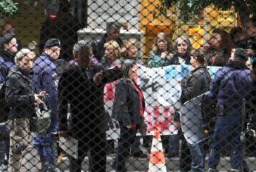 Εξαγριωμένοι διαδηλωτές κυνήγησαν τους Τροϊκανούς
