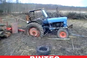 Δείτε το κόλπο που σκαρφίστηκαν για να ξεκολλήσουν τρακτέρ από λάσπη