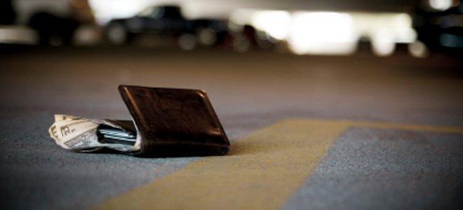 26χρονος στο Αιτωλικό βρήκε και παρέδωσε στην αστυνομία πορτοφόλι με 1000 ευρώ