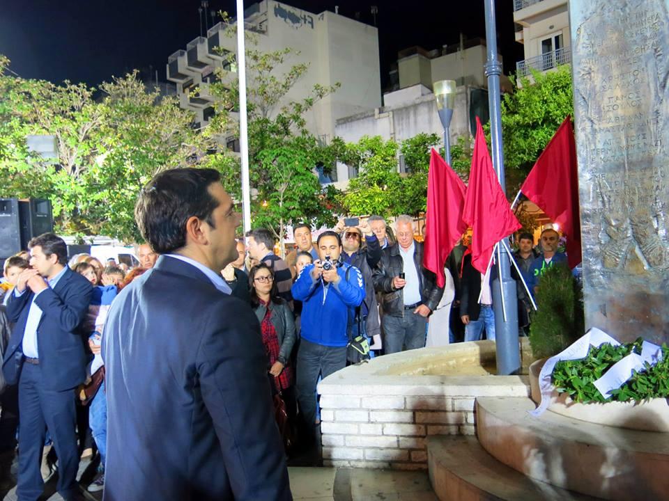 Ο Αλέξης Τσίπρας κατέθεσε στεφάνι στη μνήμη τριών αγωνιστών κομμουνιστών που κρεμάστηκαν στην πλατεία στις 13/4/1943(φωτό left.gr)