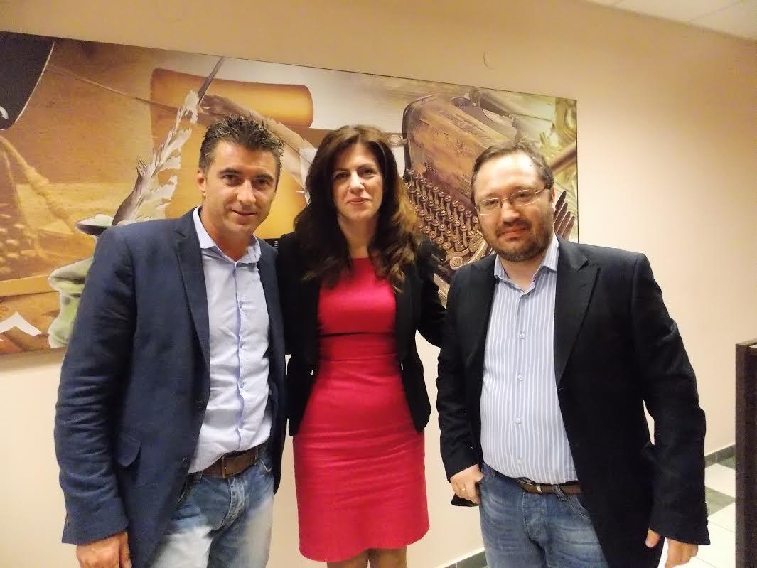 Ο Θοδωρής Ζαγοράκης με την πολιτεύτρια Γεωργία Μπόκα, που δίνει αγώνα στο πλευρό των υποψηφίων τη ΝΔ και τον εκδότη Γ. Ροΐδη στα γραφεία της εφημερίδας Γεγονός