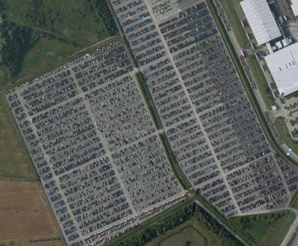 Εκατομμύρια απούλητα αυτοκίνητα στοιβαγμένα σε πάρκινγκ (εικόνες)