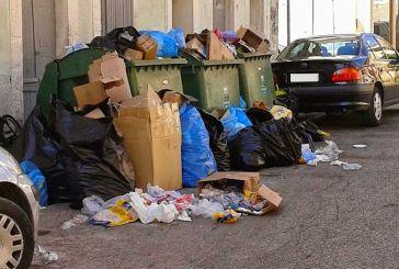 Εικόνες ντροπής με τα σκουπίδια στους δρόμους του Αστακού