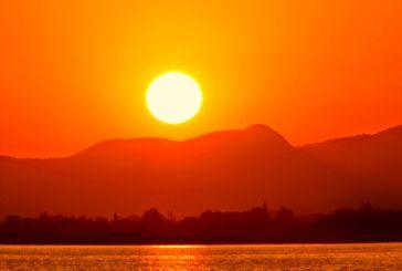 Μενίδι: Μοναδικό ηλιοβασίλεμα και πολύς κόσμος στην ακτή