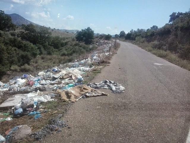 Σκουπιδότοπος o δρόμος έξω από την Χρυσοβίτσα Ξηρομέρου