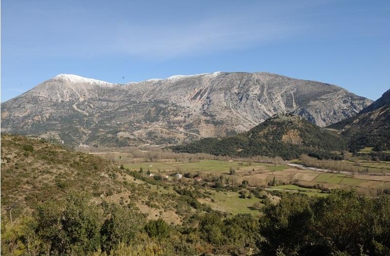 Επιβλητικά βουνά και πλούσια βλάστηση στην περιοχή του Εμπεσού
