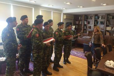 Τα κάλαντα από στρατευμένους και τη Φιλαρμονική άκουσε η Χρ. Σταρακά