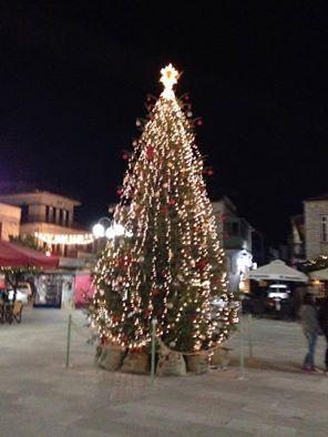 Άναψε το χριστουγεννιάτικο δέντρο στο Θέρμο