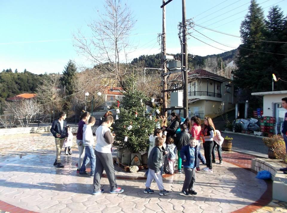 Στολισμός Χριστουγεννιάτικου δέντρου στον Άγιο Βλάση από μικρούς μαθητές